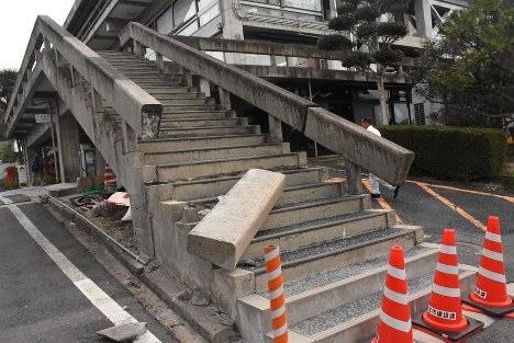A handrail is seen collapsed on steps in the Tottori Prefecture city of Kurayoshi on Oct. 21, 2016. (Mainichi)