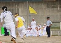 運動会。コンクリートの塀に囲まれたグラウンドで、全力疾走する仲間に応援の声が飛ぶ=長野県松本市で2016年10月4日