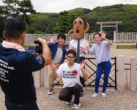 大仙陵古墳の拝所で最後のシーンを撮影する生徒ら=堺市堺区大仙町で、椋 田佳代撮影