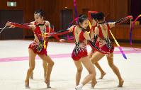 軽やかな仕草でリボンを操る奈良文化高新体操部のメンバー=奈良県大和高田市の同校で、日向梓撮影