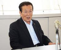 記者会見で、政務活動費の不正取得問題について説明する五本・富山市議=富山市庁舎で、古川宗撮影