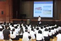 全校防災集会で東日本大震災の津波被害状況などについて報告する清水校長=新宮市立緑丘中学校で、同校提供