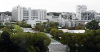 広大な花王和歌山事業場。北側には工場やタンク、南側には研究棟などが並ぶ=和歌山市湊で、石川裕士撮影