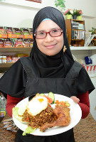 インドネシア料理店店主のコマラ・デビさん=福井市文京3で、竹内望撮影
