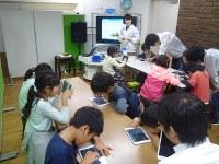 プログラミングに挑戦する小学生たち=毎日メディアカフェで