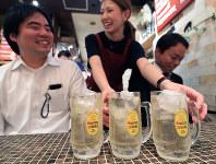 1杯目に角ハイボールを頼む人は多い=東京都で2016年10月18日、梅村直承撮影