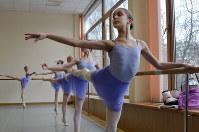 バーレッスンに励むモスクワ国立舞踊アカデミーの生徒たち=モスクワで2016年3月3日、杉尾直哉撮影
