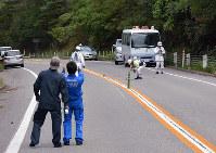 19人が死傷したのと里山海道の事故現場で実況見分を行う捜査員ら=石川県七尾市中島町笠師で2016年10月10日、中津川甫撮影