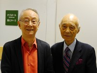 9月に東京都内で開かれた「服部メロディー・イン・ジャズ・コンサート」終了後にカメラに収まる瀬川昌久(右)と服部良一の長男で作編曲家の克久=日本ポピュラー音楽協会提供