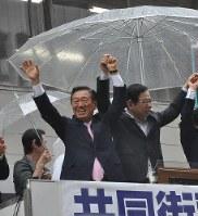 参院選で一緒に応援演説する生活の党(当時)の小沢一郎共同代表(左)と共産党の志位和夫委員長=高松市で6月、松本晃撮影