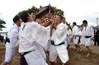 神輿の先頭を争う上司と小寺の氏子たち。世代を越えて打ち解けるための儀式のようなものだ=京都府宮津市上司の住吉神社で、安部拓輝撮影