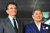 Japanese entertainer and film director Takeshi Kitano, right, poses with France's former Minister of Culture Jack Lang during a conferral ceremony in Paris on Oct. 25, 2016. (Mainichi)