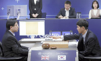 AIソフト「アルファ碁」との最終第5局に臨み、初手を打つ李九段(右)=ソウルで3月15日、AP
