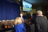 共和党の集会の終了後、参加者の質問に答えるトム・コットン上院議員=米中西部アイオワ州ダベンポート市で2016年10月11日、清水憲司撮影