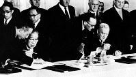 日ソ共同宣言に調印する鳩山一郎首相(前列左から2人目)とブルガーニン首相(同右端)