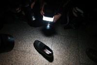 崔順実容疑者が10月31日にソウル中央地検に出頭した際、もみくちゃになって脱げた靴=朝鮮日報提供