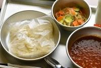 消えゆくソフトスパゲティ方式麺。学校給食で提供されている通称「ソフトめん」=東京都台東区で2016年10月24日、内藤絵美撮影