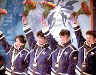 長野五輪のスキージャンプ団体の表彰式で、金メダルを胸に歓声にこたえる(右から)船木和喜、原田雅彦、斎藤浩哉、岡部孝信=鮫島弘樹撮影