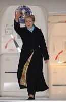 日本に到着し手を振るクリントン米国務長官=羽田空港で2009年2月16日午後7時51分、内藤絵美撮影