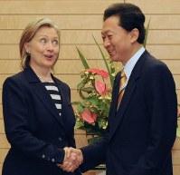 ヒラリー・クリントン氏と握手する鳩山由紀夫氏=首相官邸で2010年5月21日午後6時9分、藤井太郎撮影