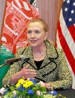 アフガニスタンの市民団体らと会合であいさつするヒラリー・クリントン氏=2012年7月8日午後3時12分、東京都港区、上田潤撮影