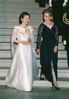 晩さん会会場のローズガーデンに移動する皇后陛下とヒラリー氏=ホワイトハウスで1994年6月13日、東京写真記者協会代表撮影