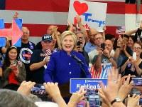 集会で支持者の前に現れたヒラリー・クリントン氏=米ロサンゼルス近郊で2016年6月6日、長野宏美撮影