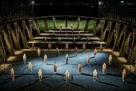 維新派「アマハラ」の一場面。ライトアップされた金色の野原に廃船を模した舞台が浮かんだ=奈良市の平城宮跡で、カメラマンの井上嘉和撮影