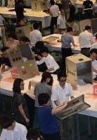 愛知県岡崎市で行われた今夏の参院選の開票作業=7月10日、太田敦子撮影