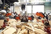 がれきの上を想定した現場で、4本の足と胴体を使いながら移動するロボット「WAREC-1」=仙台市青葉区で2016年11月11日午前10時16分、喜屋武真之介撮影