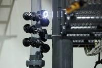 蛇のように配管に巻き付いて移動するさく状ロボット=仙台市青葉区で2016年11月11日午前10時25分、喜屋武真之介撮影