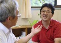 東日本大震災の津波で弟と母を亡くした佐々木陽一さん(右)。父善仁さんと向き合う時間が増えている=岩手県陸前高田市で、佐々木順一撮影