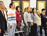 練習で歌声を響かせる老若男女の団員たち=和歌山市三沢町1の中央コミュニティセンターで、成田有佳撮影