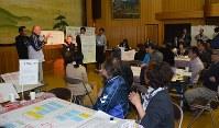 各グループが意見を出し、原発やエネルギー問題について理解を深めた=牧之原市相良の市史料館で