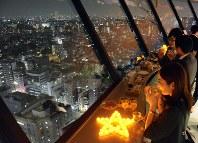 夜景を眺めながらビールなど酒を楽しむことができる=文京区春日1の文京シビックセンター