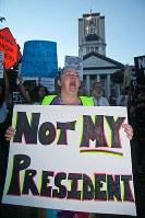 トランプ次期大統領に反対してデモをする人たち=米フロリダ州で16日、ロイター