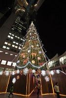 鮮やかに光り輝く巨大クリスマスツリー=大阪市北区のスカイビルで、幾島健太郎撮影