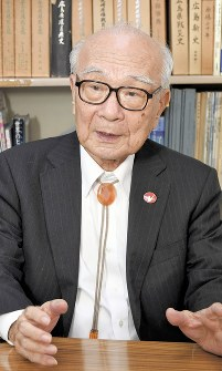Nagasaki A-bomb survivor and Japan Confederation of A- and H-bomb Sufferers Organizations Secretary General Terumi Tanaka is seen speaking about activism to abolish nuclear weapons, in Tokyo's Minato Ward in October 2016. (Mainichi)