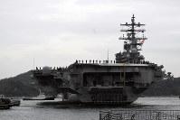 横須賀港に入港し、接岸のためタグボートで船体を反転させる原子力空母ロナルド・レーガン=米海軍横須賀基地で