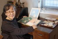 「もみの木のねがい」のお気に入りのページを開く作者のこみねゆらさん=熊本市で