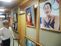 自作の油絵を見る三好鋭郎さん=香川県東かがわ市で、玉木達也撮影