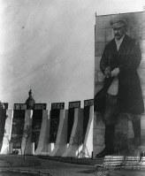 1932年5月、モスクワのメーデーには、「五カ年計画」を指揮する最高指導者スターリンの高さ30メートルにおよぶ大パネルが立てられた