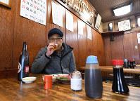 足立市場の「しいはし食堂」でマグロとカキに舌鼓を打つ春風亭一之輔さん=東京都足立区で、根岸基弘撮影