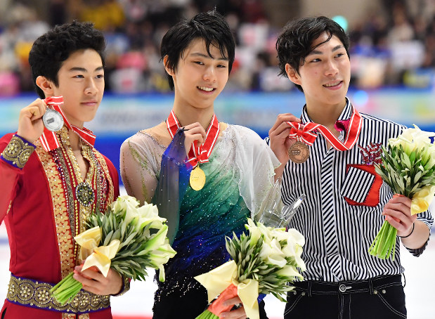 Yuzuru Hanyu, center, poses with his gold medal after winning his second straight NHK Trophy title in Sapporo on Nov. 26, 2016. (Mainichi)