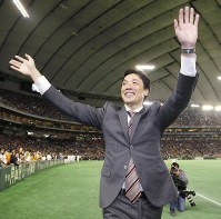引退セレモニーでファンの歓声に応える巨人の鈴木尚広=東京ドームで2016年11月23日、共同