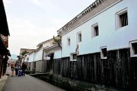 国の重要伝統的建造物群保存地区に選定されている町並み。白壁の一部は地震の影響で剥がれ落ちたが、美しい景観は以前と変わらず観光客に人気だ=鳥取県倉吉市で、小野まなみ撮影
