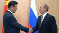中国の習近平国家主席(左)とロシアのプーチン大統領=2015年7月8日、代表撮影(ロシア政府提供)
