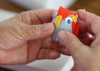 仮設住宅の集会所に集まり、持ち寄った布でぬいぐるみを作る女性。「裁縫仲間とはきょうだいのように心を支え合っています」=宮城県石巻市で、佐々木順一撮影