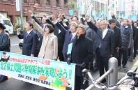 シュプレヒコールを上げる高橋はるみ知事(先頭・中央)ら=東京・銀座で1日、本間浩昭撮影