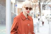 今年の冬はシンプルなステンカラーコートが人気を集めている=日本ファッション協会提供